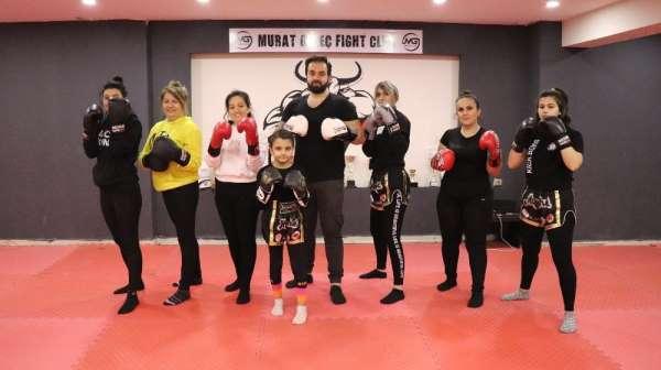 Kick boks ile hem spor yapıyor hem de kendilerini savunuyorlar
