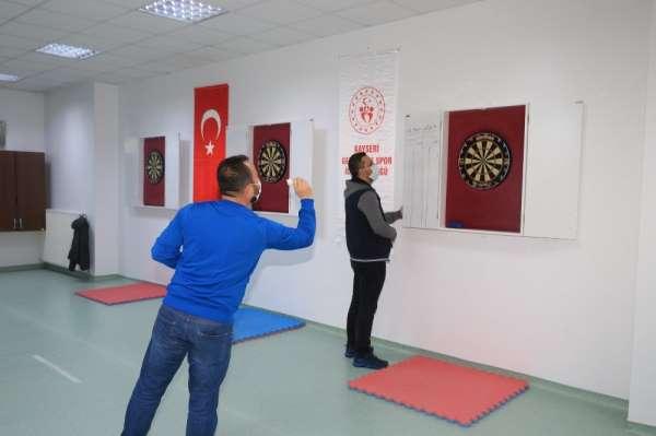 İl Müdürü Ali İhsan Kabakcı dart müsabakasında yarıştı