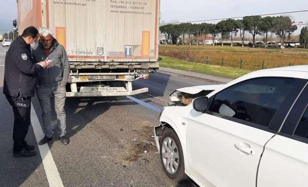 Samsunda otomobil tıra çarptı: 2 yaralı