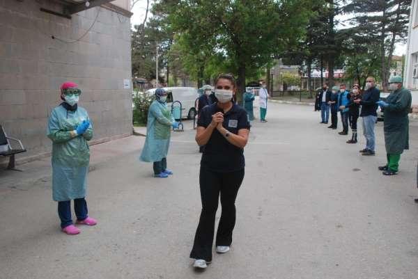 Korona virüsü yenen hemşire görevine döndü