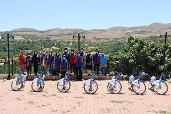 Arapgir'de bisikletli maske dağıtımı