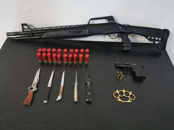 Şüpheli şahıslardan silahlar ve bıçaklar ele geçirildi
