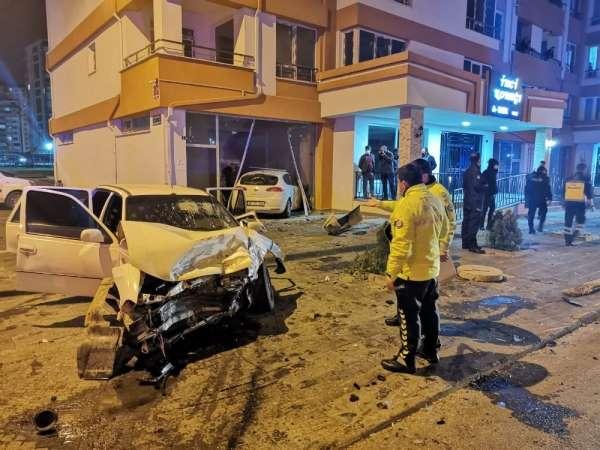 Kaza yapan otomobil dükkana girdi: 6 yaralı