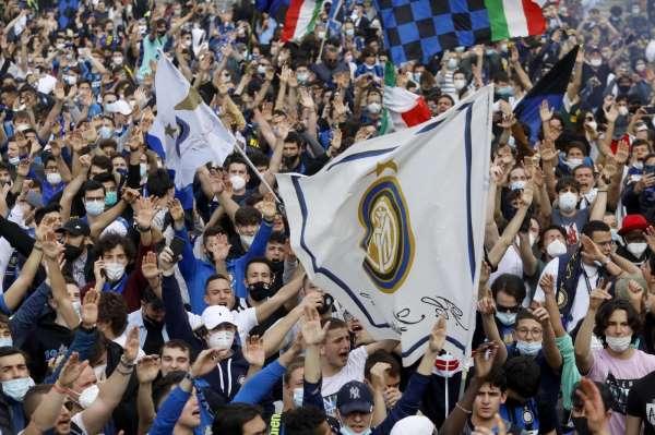 İtalyada Inter taraftarları Covid-19u unuttu