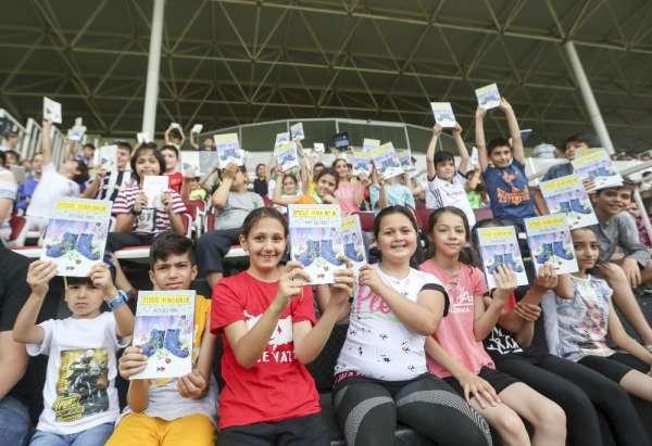 Bakan Kasapoğlu, yaz spor okulu açılışında gençlerle buluştu
