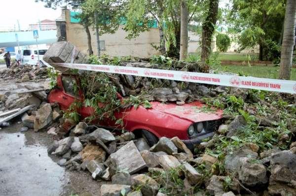 Kuvvetli yağış istinat duvarını yıktı, 7 araç zarar gördü