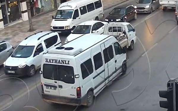 Dikkatsiz sürücünün neden olduğu kaza kameraya yansıdı