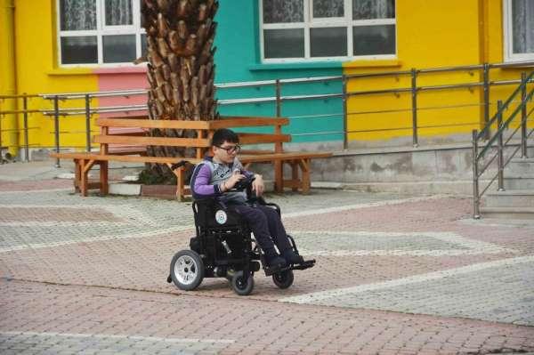 Engelli öğrencinin tekerlekli sandalye sevinci