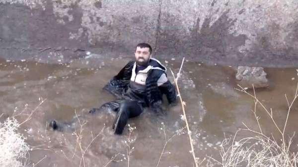 Aşırı alkol aldı, sulama kanalına düşerek sırılsıklam ıslandı, parasını polise sordu