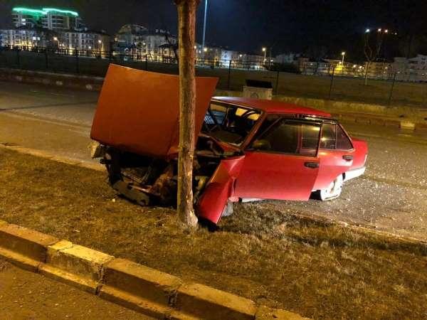 Kazada parçalanan otomobilini olay yerinde bırakıp kaçtı