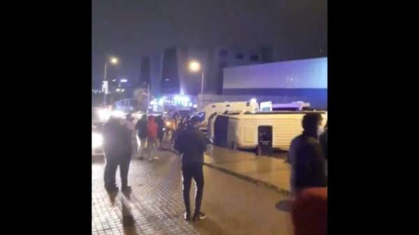 Küçükçekmecede kaza yapan polis minibüsü yan yattı: 2 yaralı