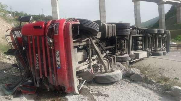 Freni boşalan tır kaza yaptı, sürücüsü yaralandı