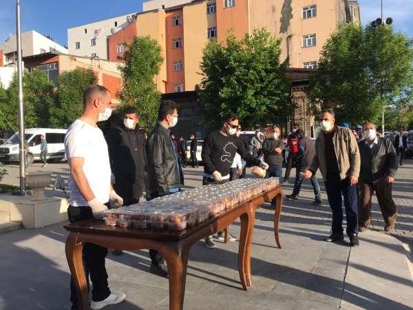 Kağızman'da Şehit Yüzbaşı Ferhat Çiftçi anısına lokma dağıtıldı