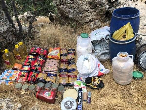 Mardin'de teröristlere ait sığınakta yaşam malzemesi ele geçirildi
