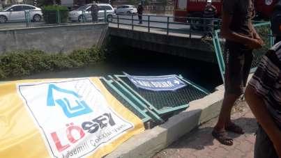 Kaza yapan araçlardan biri sulama kanalına düştü