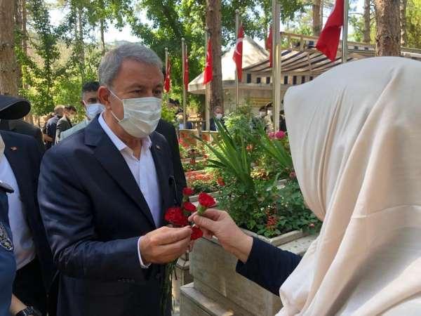 Bakan Akar Kayseri Protokolü ile şehitlik ziyaretlerine katıldı