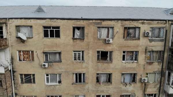 (Özel) Gence'de füze saldırısı sonucu camları kırılan savaşzedeler kırılan camla