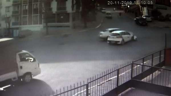 Özel Pendik'te iki otomobilin birbirine girdiği kaza kamerada