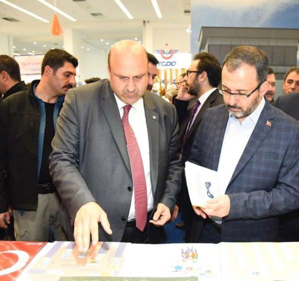 Gençlik ve Spor Bakanı Dr. Kasapoğlu, Anadolu Üniversitesi standını ziyaret etti