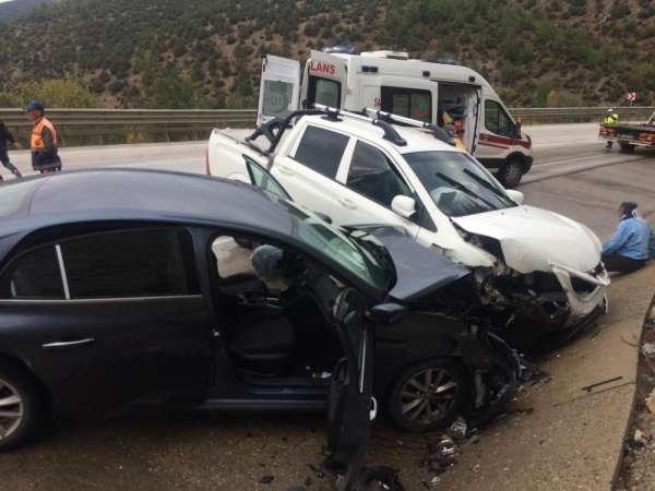 Yağıştan dolayı direksiyon hakimiyeti kaybolan kamyonet kaza yaptı: 2 yaralı