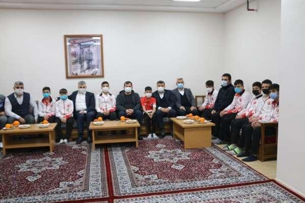 Tunç ve Kabakcı, Güreş Eğitim Merkezi'nde sporcular ile bir araya geldi