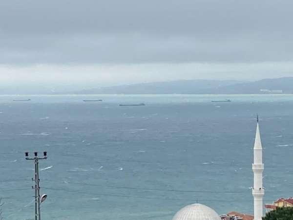 Fırtınadan kaçan yük gemileri Sinop Limanına demirledi