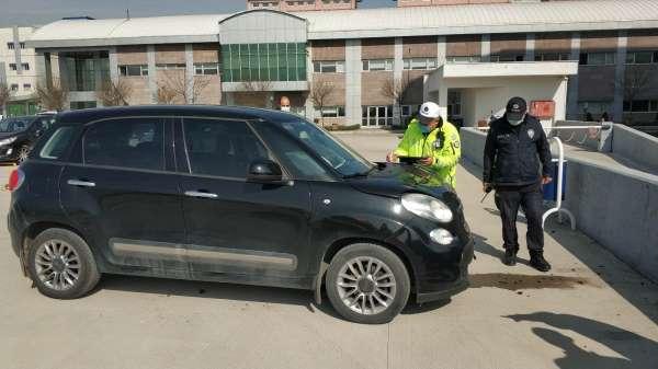 Hastanenin otoparkının duvarına çarpan ehliyetsiz sürücü yaralandı