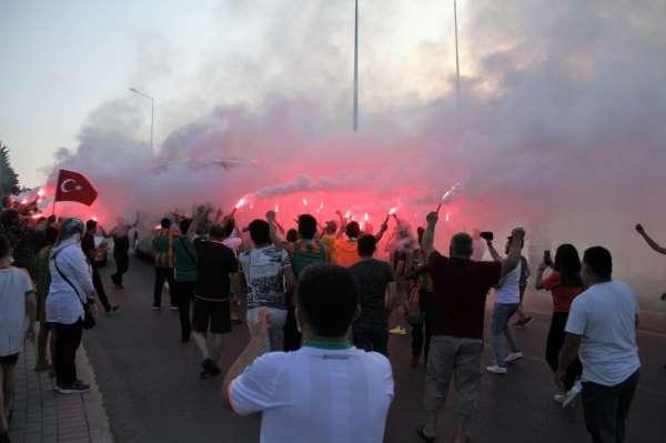 Alanyaspor'a maç öncesi meşaleli moral