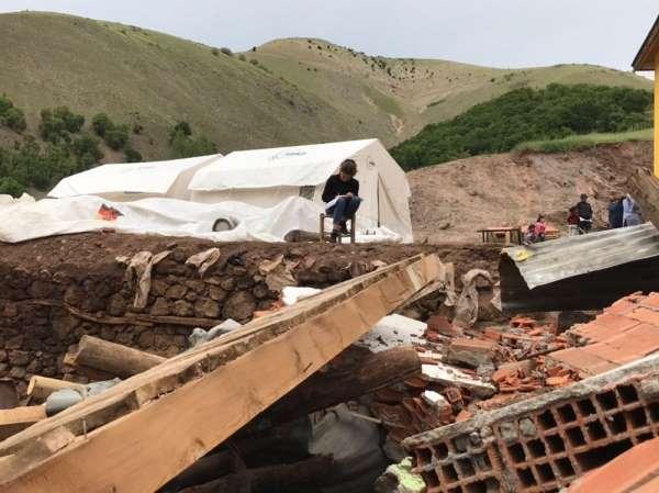 Depremde ölümden saniyelerle kurtuldu, şimdi çadırda üniversiteye hazırlanıyor
