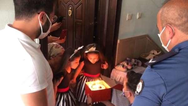 Polisten korkan ikizlere polislerden doğum günü sürprizi