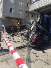 İstanbul'da dehşet veren kaza: Kamyon iki aracı biçip binanın duvarına vurarak d