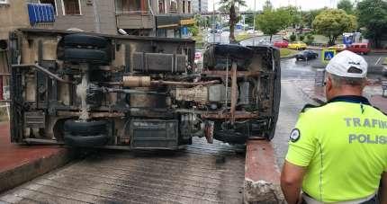 Samsun'da kamyonet devrildi: 1 yaralı