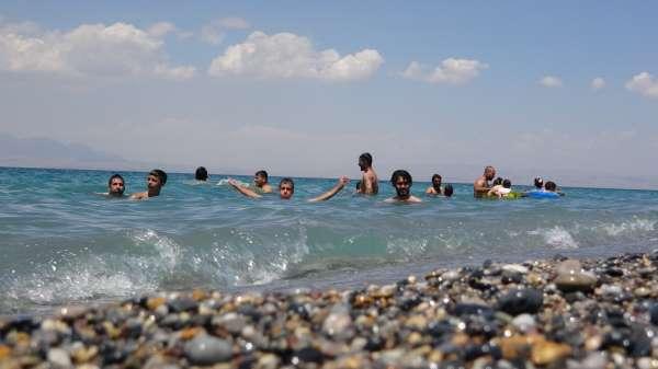 Van Gölünün mavi bayraklı plajı tatilcilerin akınına uğradı