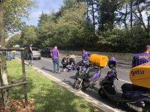 (Özel) İstanbul'un göbeğinde feci kaza: Kurye yerdeyken sürücü paspasları temizl