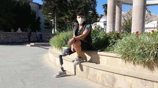 Üniversite eğitimi yarım kaldı, bacağını kaybetti, yaşama azmini kaybetmedi