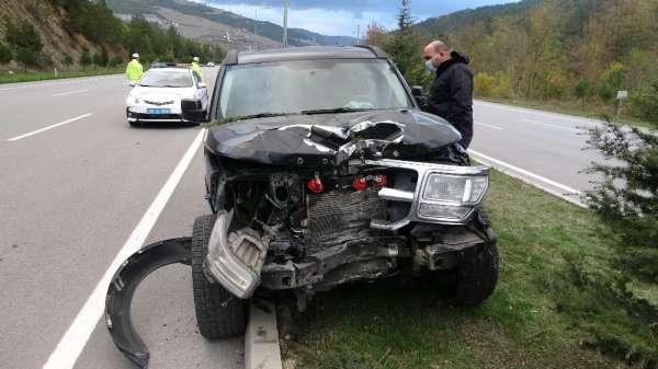 Samsun'da otomobil aydınlatma direğine çarptı: 2 yaralı