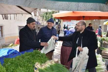 Başkan Özcan bez çanta dağıttı