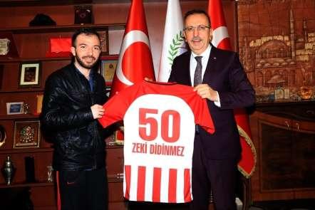 Seçen, Afrin Gazisi Didinmez'e Nevşehir Belediyespor forması hediye etti