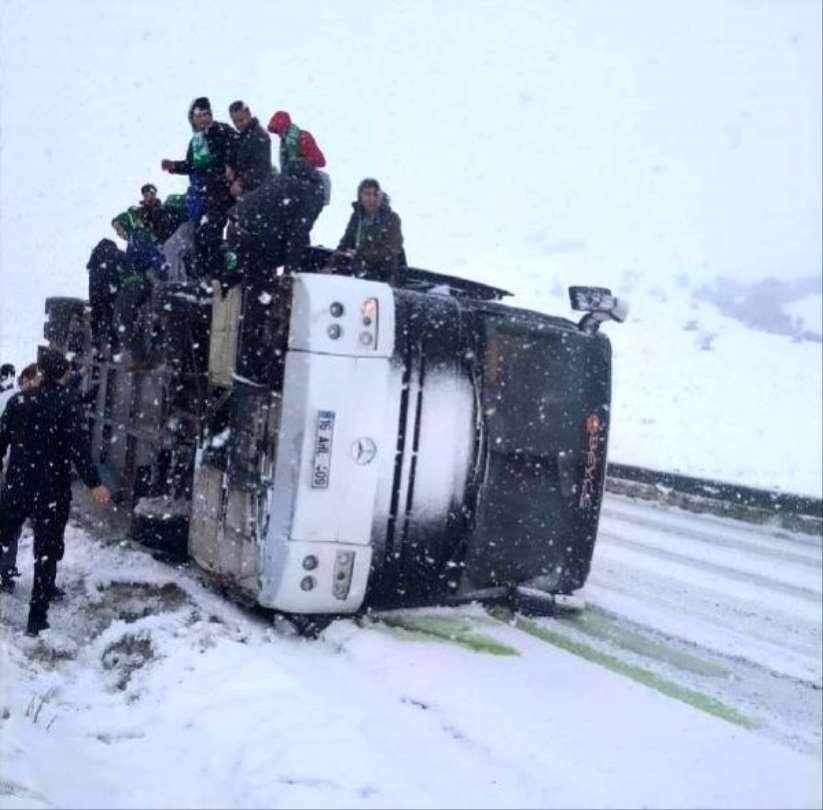 Bursaspor taraftarını taşıyan otobüs kaza yaptı!