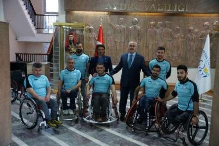 Vali Köşgerden 2 engelli sporcuya tekerlekli sandalye