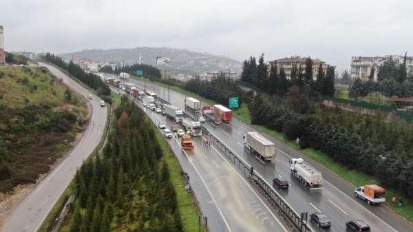 4 kişinin yaralandığı zincirleme trafik kazası, TEMi trafiğe kapattı