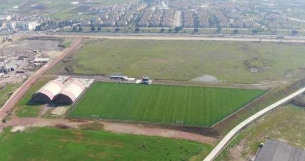 Boş araziyi kamyonlar dolusu malzeme ile dev spor tesisine dönüştürdüler
