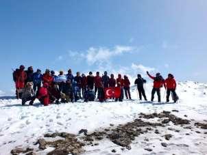 Doğaseverler 2364 metre yükseklikteki zirvede Türk bayrağı açtı