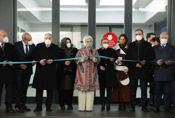 Emine Erdoğan tezgahın başına geçti dikiş dikti