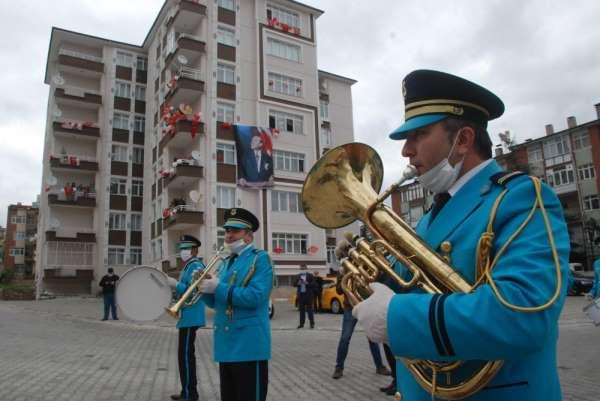 23 Nisan'ı bando eşliğinde balkondan kutladılar
