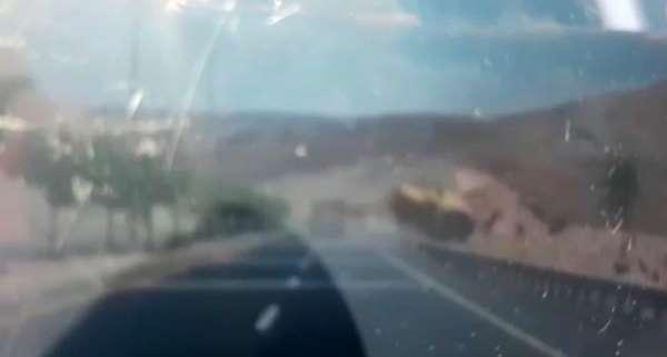 Biçerdöverin devrildiği kaza anı kamerada