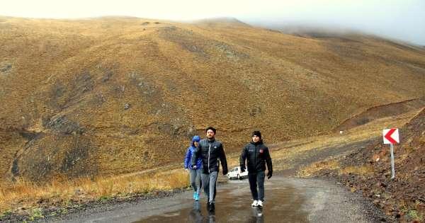 3 bin 200 rakımda, kar yağışına aldırmadan antrenman yapıyorlar