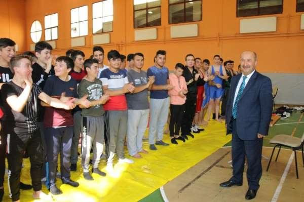 Kütahya'da Anadolu İmam Hatip Lisesi öğrencileri arası güreş müsabakaları başlad