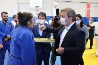 Vali Aydoğdu Tokyo Olimpiyatları'na kota alan sporcuları elleriyle besledi