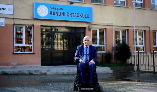 (Özel) Tekerlekli sandalyesi ile 22 yıldır öğretmenlik yapıyor